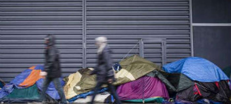 Milhares de migrantes e requerentes de asilo da Síria, Iraque, Etiópia, Sudão, Paquistão e Afeganistão estão vivendo em acampamentos improvisados ou nas ruas em Calais, França. Foto: Acnur/C. Vander Eecken