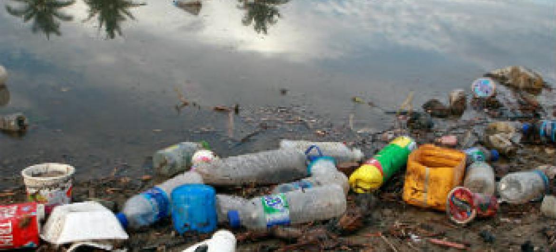 Garrafas de plástico e lixo de um vilarejo no Timor-Leste. Foto: ONU/Martine Perret