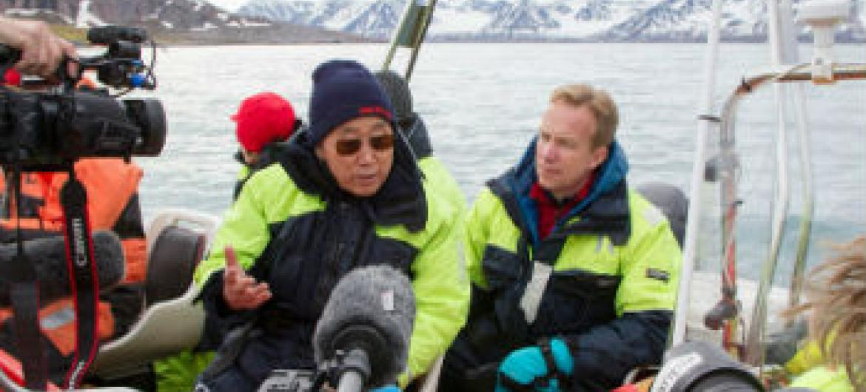 Secretário-geral, Ban Ki-moon, em visita à região do Ártico na Noruega. Ao seu lado está o ministro das Relações Exteriores norueguês, Børge Brende. Foto: ONU/Rick Bajornas