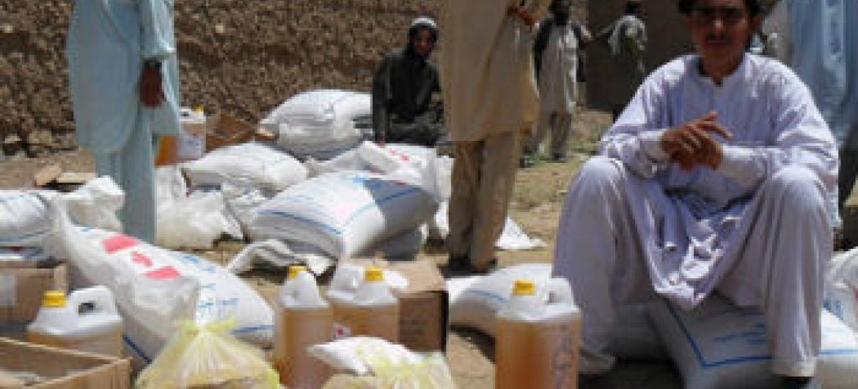 Distribuição de ajuda alimentar a deslocados no Afeganistão. Foto: Acnur