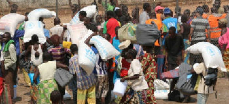 Distribuição de ajuda alimentar em Bangui, República Centro-Africana. Foto: Ocha