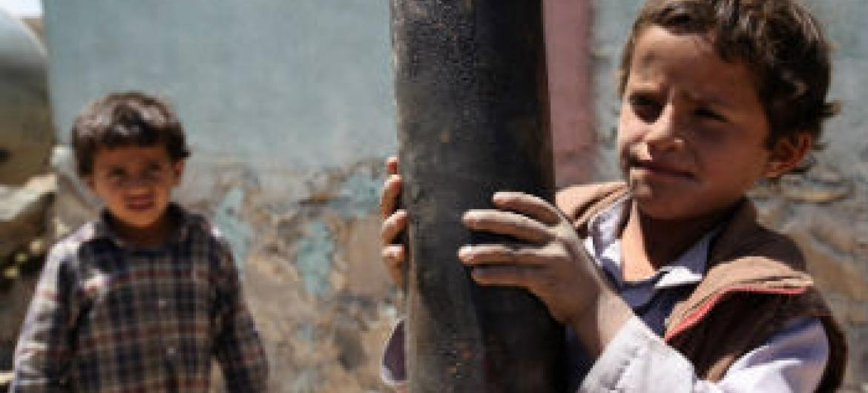 Crianças iemnitas no meio de destroços. Foto: Unicef/Mohamed Hamoud