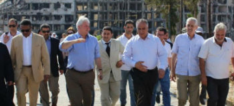 Stephen O'Brien (segundo à esquerda) visita Homs, na Síria. Foto: Ocha