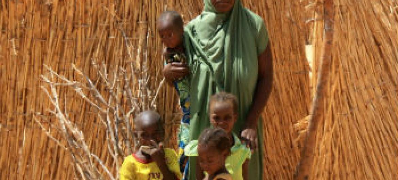 Esta família fugiu do nordeste da Nigéria com medo de ataques do grupo terrorista Boko Haram.