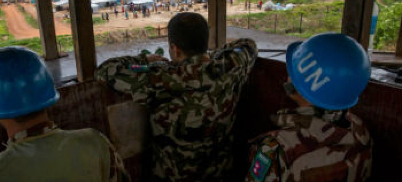 Boinas azuis da Missão da ONU no Sudão do Sul, Unmiss, em posto de vigilância com vista para o local de proteção de civis em Juba. Foto: ONU/JC McIlwaine