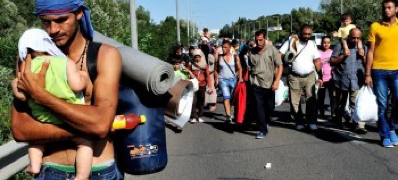 Refugiado sírio em grupo que passa pela Hungria a caminho da Áustria. Foto:/Mark Henley