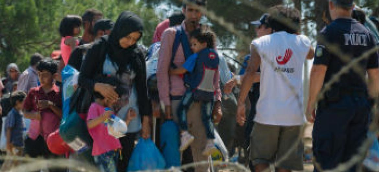 Refugiados esperam cadastro na fronteira entre Macedônia e Grécia. Foto: UNICEF/Gjorgji Klincarov