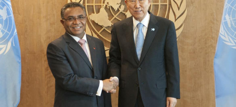 Ban Ki-moon com o primeiro-ministro de Timor-Leste, Rui Maria de Araújo. Foto: ONU/Kim Haughton