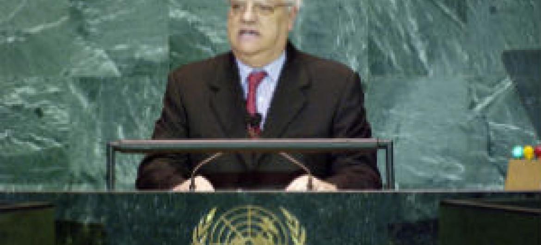 Diogo Freitas do Amaral em sessão na Assembleia Geral em 1995. Foto: ONU/Steven Koh