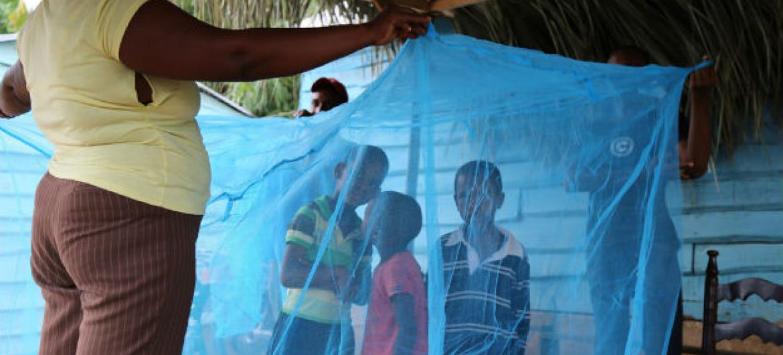 Família com mosquiteiro na República Dominicana. Foto: OMS/Paho