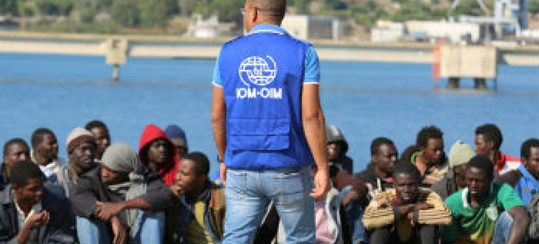 Migrantes africanos resgatados chegam à Lampedusa. Foto: © Francesco Malavolta/IOM 2015
