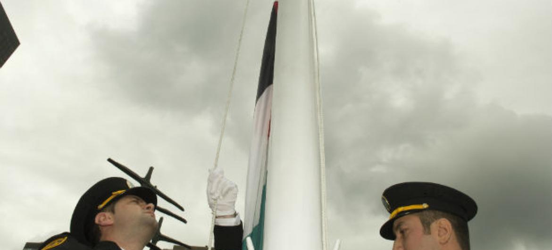 Bandeira da Palestina sendo hasteada na ONU. Foto: Mark Garten