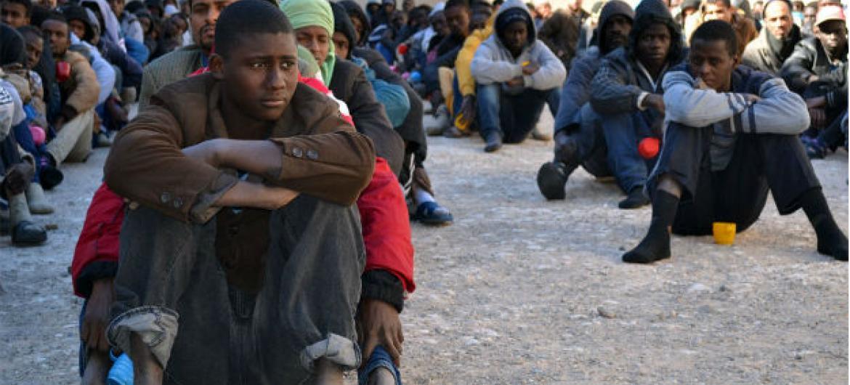 Migrantes num centro na cidade de Zawiya, na Líbia. Imagem: Mathieu Galtier/IRIN