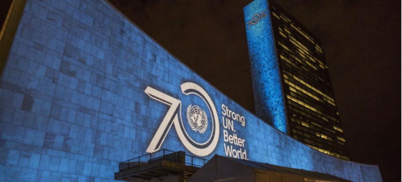 A sede da ONU, em Nova York, será iluminada por duas noites, começando em 23 de outubro, quando acontecerá o concerto anual do Dia da ONU. Foto: ONU/Cia Pak.