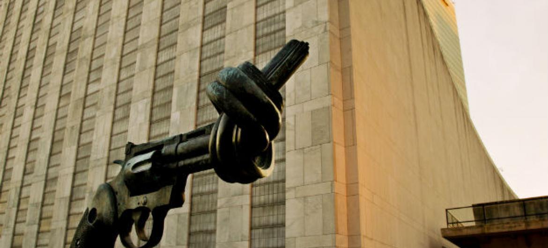 Escultura Não Violência na sede da ONU, em Nova York. Foto: ONU/Rick Bajornas
