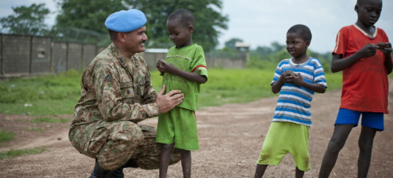 General Maqsood Ahmed, das forcas militares de manutenção de paz da ONU, com crianças da República da África Central. Imagem: