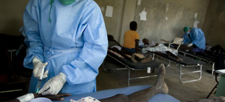 Médico trata paciente de cólera em Port au Prince, no Haiti. Foto: ONU/Unicef/Marco Dormino