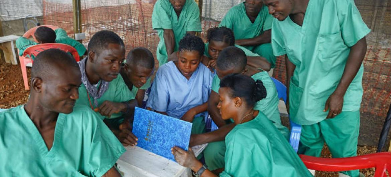 Funcionários em centro de tratamento para o ebola, Serra Leoa. Foto: OMS/S. Aranda