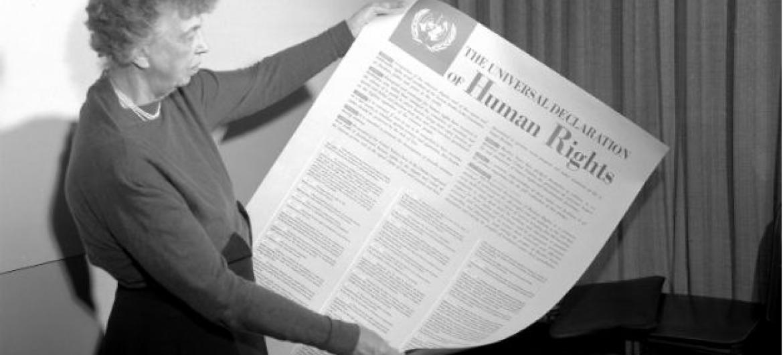 Eleanor Roosevelt segura a Declaração Universal dos Direitos Humanos. Foto: ONU