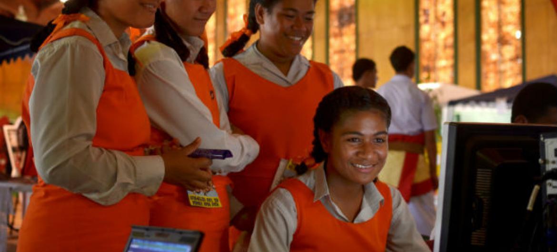 Estudantes em Nuku'alofa, capital do Tonga. As jovens com baixa escolaridade estão entre as mais afetada. Imagem: Tom Perry / World Bank