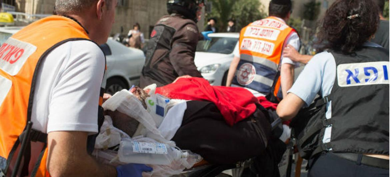 Israelita ferido depois de um ataque num bairro ultra-ortodoxo em Jerusalem. Foto: Oren Ziv/IRIN