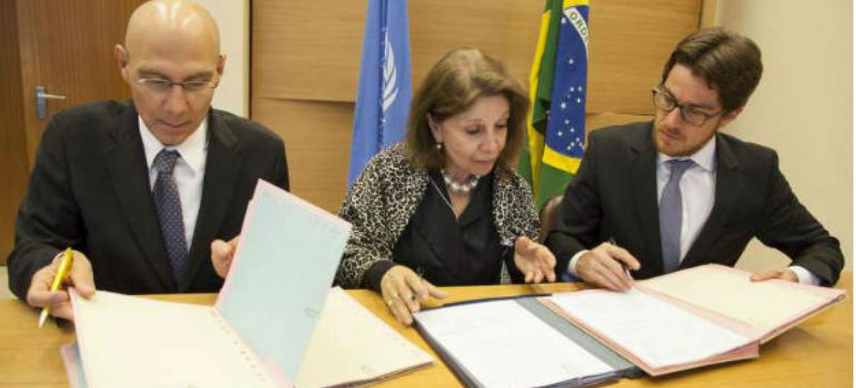 Volker Türk (à direita) e o presidente do Comitê Nacional para Refugiados do Brasil (Beto Vasconcelos), com o apoio da Representante Permanente do Brasil junto à ONU em Genebra, Regina Dunlop. Imagem: ACNUR / B.Heger