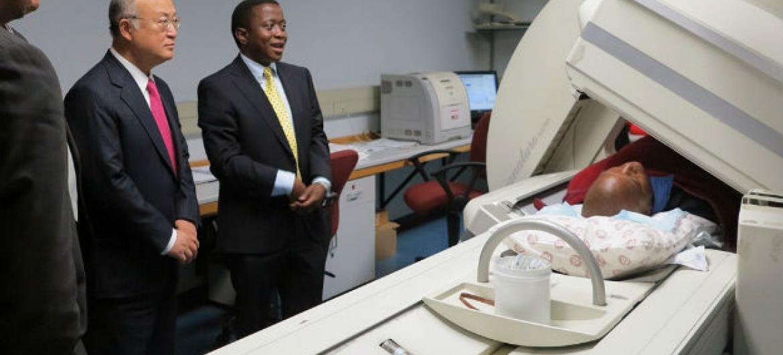 Diretor-geral da AIEA, Yukiya Amano (à esquerda) no hospital Steve Biko Memorial durante visita à África do Sul, em março de 2015. A agência já investiu quase € 300 milhões em projetos de radioterapia e combate à doença em todo o mundo nas últimas décadas