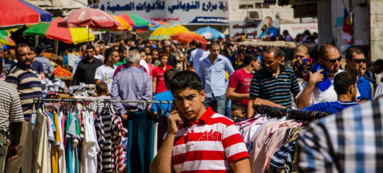 Pessoas em um mercado em Ramala, na Cisjordânia. Foto: Banco Mundial/Arne Hoel
