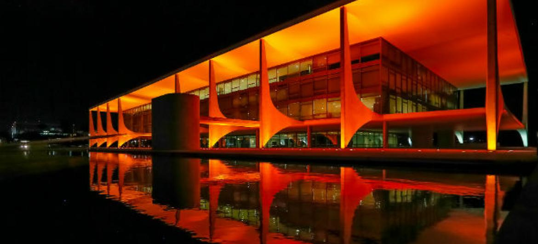 Palácio do Planalto, em Brasília, iluminado de laranja em 19 de novembro, último dia da visita da diretora-executiva da ONU Mulheres, Phumzile Mlambo-Ngcuka, ao país. Foto: Roberto Stuckert Filho/PR