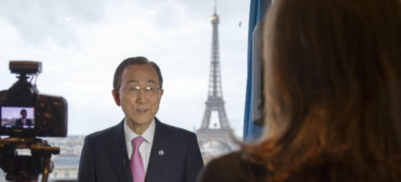 Secretário-geral da ONU, Ban Ki-moon, concede entrevista à Rádio ONU em Paris. Foto: ONU/Rick Bajornas.