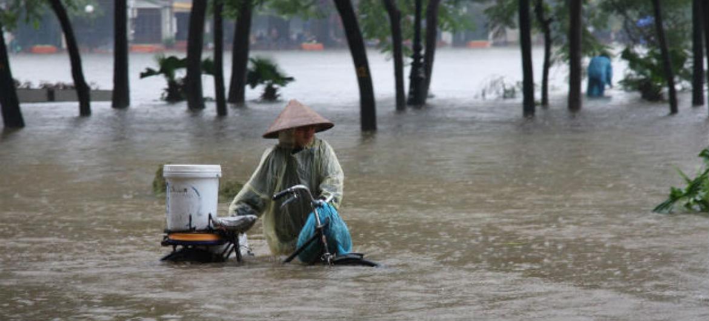 As enchentes foram responsáveis pela maioria dos desastres, atingindo 2,3 bilhões de pessoas e deixando 157 mil mortos.Foto:Irin/Tung X. Ngo