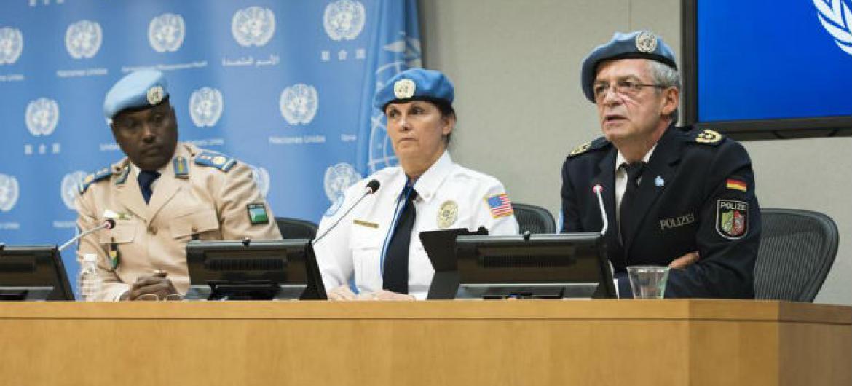 Assessora do setor da reforma da polícia na Uniogbis, Dee Dee Rodriguez (centro). Foto: ONU/Mark Garten