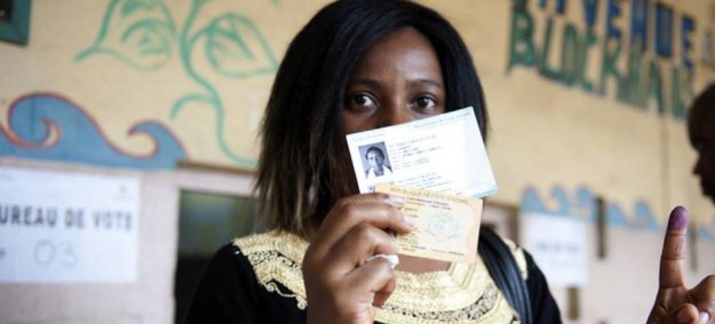 Eleitora marfinense após votar nas presidenciais em Abidjan. Foto: Onuci.