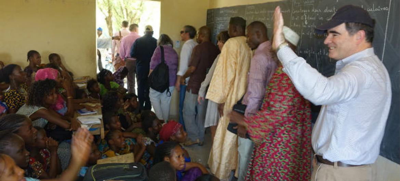 John Ging visita estudantes no Mali. Foto: Ocha