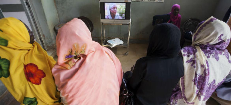 Em hospital no Sudão, mulheres recebem ensinamentos sobre prevenção da Sida. Foto: ONU/Albert González Farran
