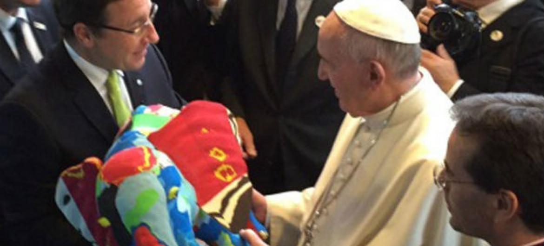 Achim Steiner entrega réplica de elefante para o papa. Foto: Pnuma/Adam Hodge