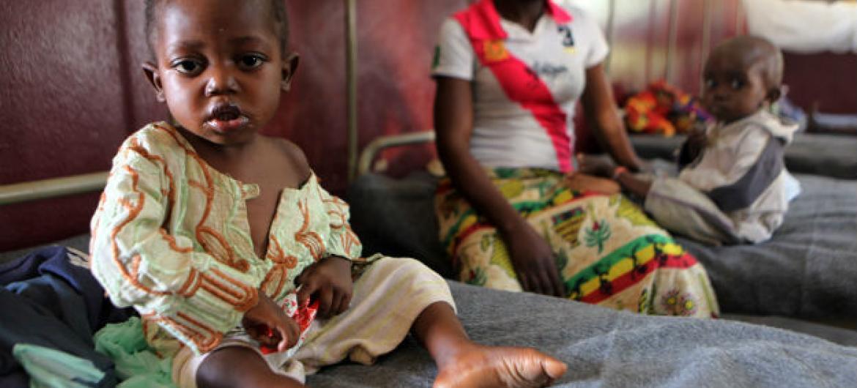 Criança em centro de tratamento contra desnutrição em hospital pediátrico em Bangui, capital da República Centro-Africana. Foto: Unicef/Pierre Terdjman (arquivo)