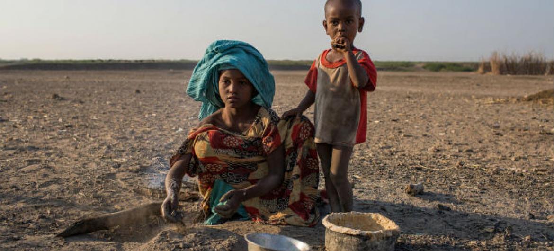 Zahara Ali, de nove anos, cozinha café da manhã em aldeia rural em Dubti Woreda, região de Afar, na Etiópia. Foto: Unicef/ Ethiopia/Tanya Bindra.