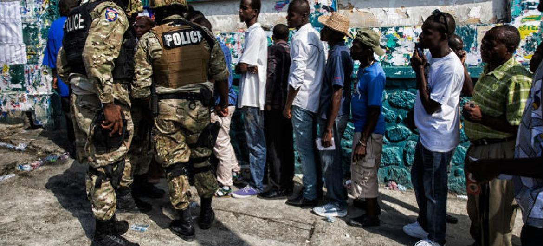 Haitianos votam no segundo turno das eleições parlamentares e primeiro turno da eleição presidencial, na capital Porto Príncipe, em 25 de outubro de 2015. Foto: Minustah/Logan Abassi