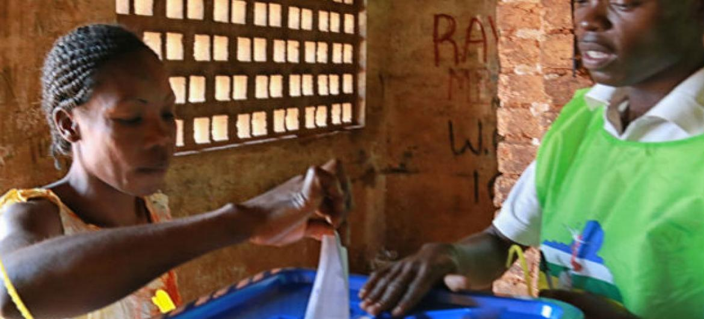 Eleitora vota no referendo constitucional na República Centro-Africana em 14 de dezembro de 2015. Foto: Minusca.