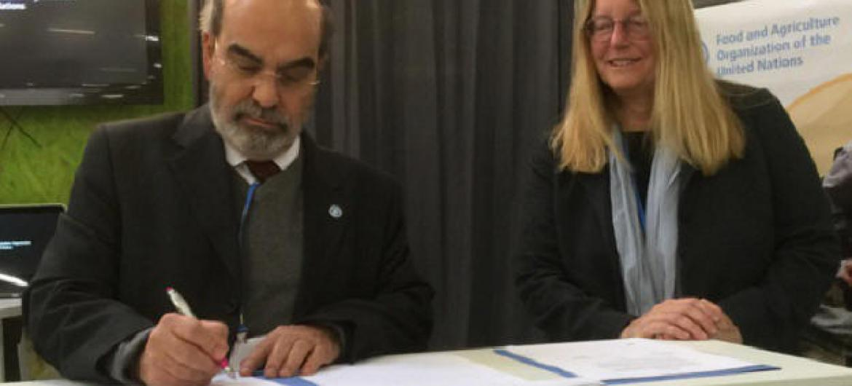 José Graziano da Silva e a representante da Google, Rebecca Moore. Foto: FAO