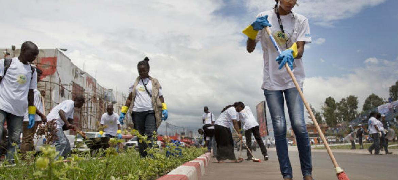 Voluntários limpam rua em Goma, na RD Congo. Foto: ONU/Sylvain Liechti