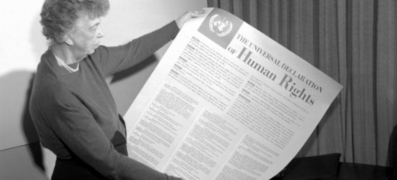 Eleanor Roosevelt segura na Declaração Universal dos Direitos Humanos, em novembro de 1949. Foto: Arquivo ONU