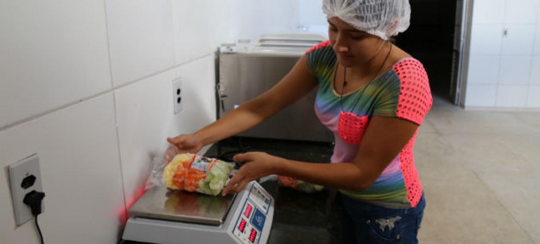 Karolayne Rodrigues trabalha no beneficiamento de legumes. Foto: Banco Mundial