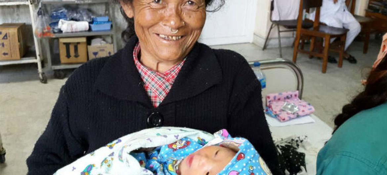 No Nepal, senhora segura sua neta recém-nascida. Foto: Unicef/Kent Page