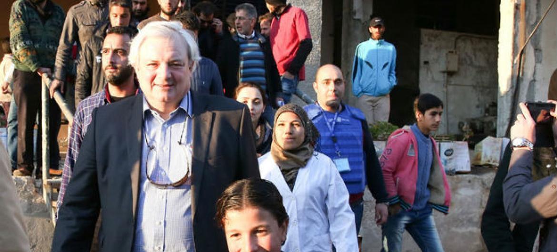 Stephen O'Brien visita bairro de Al Waer em Homs, na Síria.Foto: Ocha/Bassam Diab