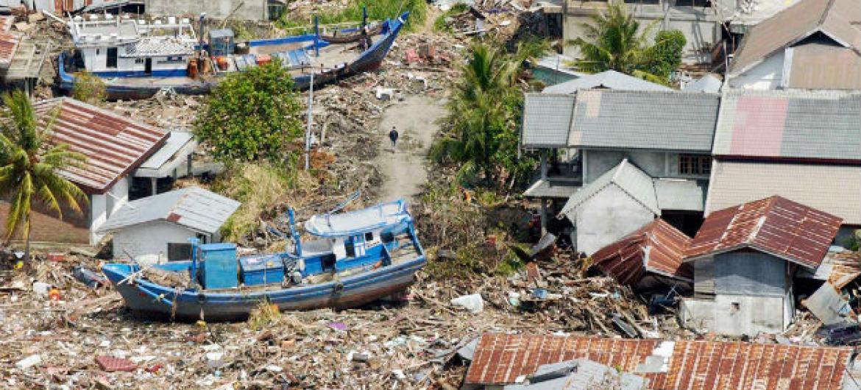 Devastação após passagem de um tsunami na Indonésia. Foto: ONU/Evan Schneider