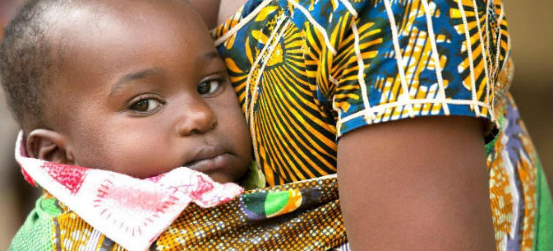 Mais de 22 mil crianças perderam um ou ambos os pais na Guiné, Libéria e Serra Leoa.Foto: Unicef/Naftalin
