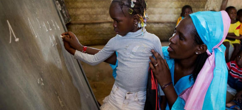 Unicef a fornecer educação básica a crianças em áreas rurais.Foto: Unicef/Dicko