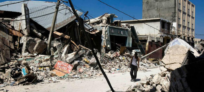 Um homem anda através de escombros em Porto Príncipe, Haiti. A cidade foi afetada por um forte terremoto na terça-feira, 12 de janeiro de 2010. Foto: Minustah/Marco Dormino
